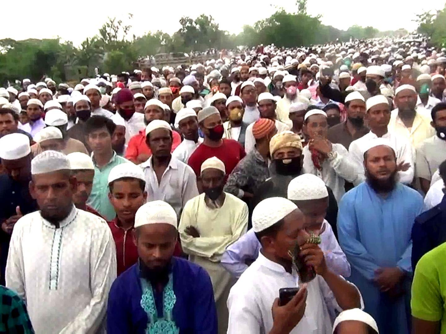 Coronavirus More Than 100 000 Defy Lockdown And Gather For Funeral In Bangladesh The Independent The Independent