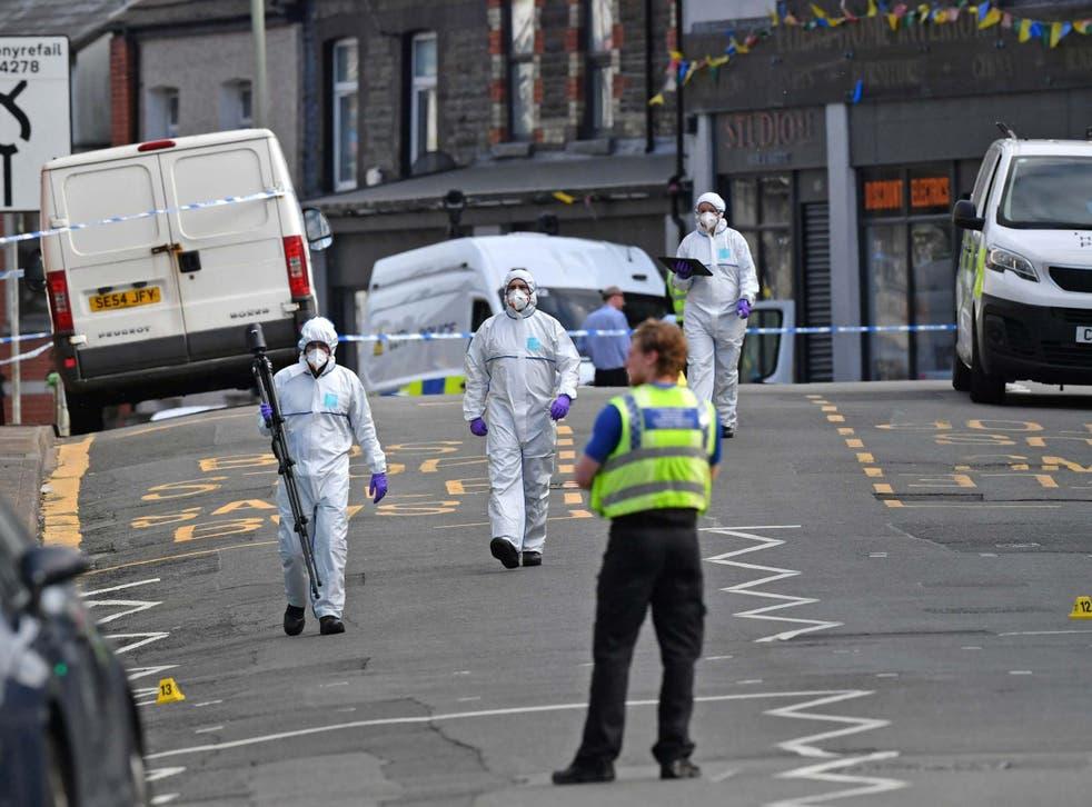 Agentes forenses en el lugar del presunto apuñalamiento en la aldea de Pen Y Graig en Gales del Sur, 5 de mayo de 2020.