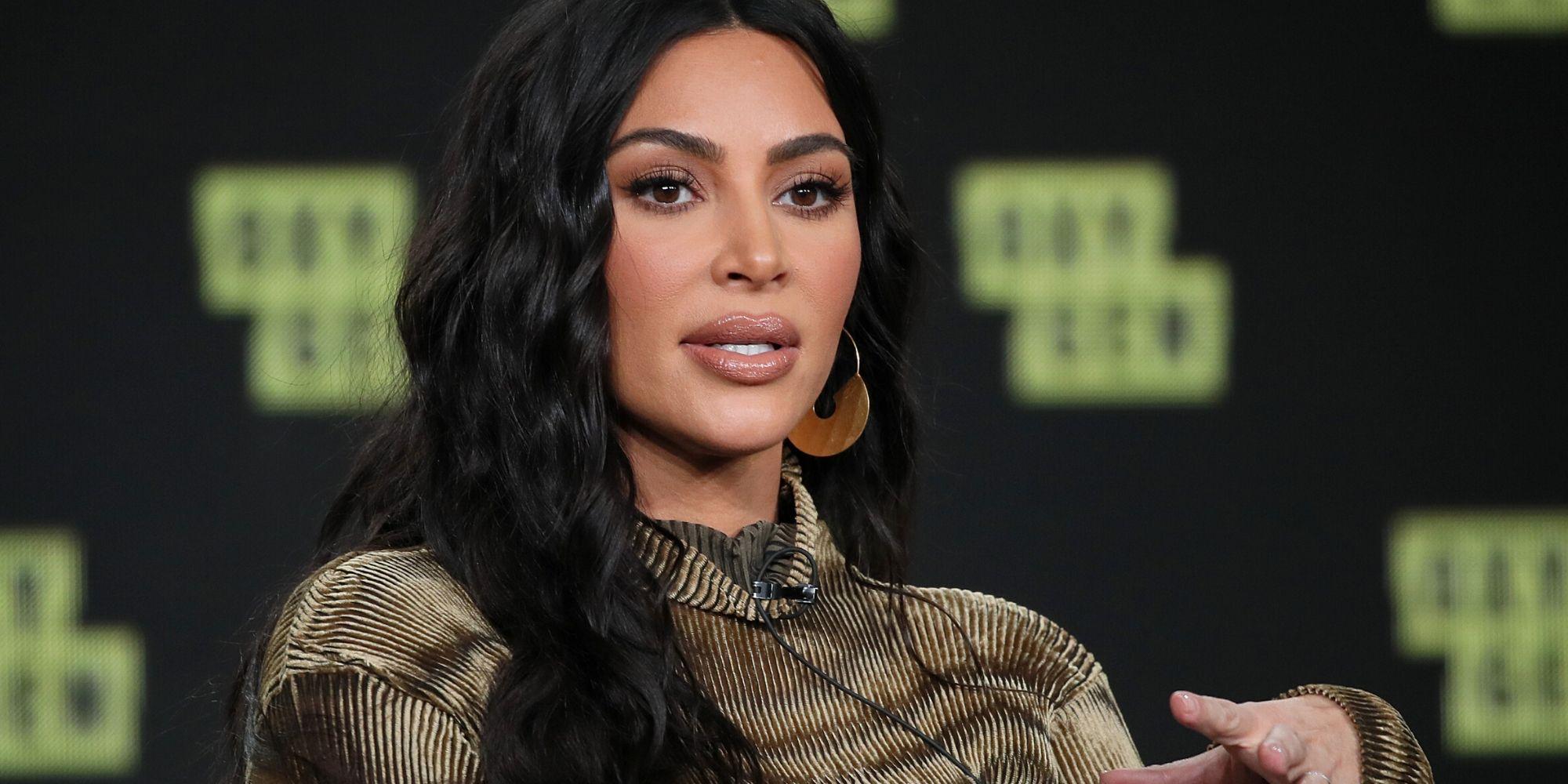 Kim Kardashian provoca reação ao postar uma foto de biquíni de sua mãe no Dia das Mães