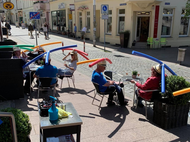"""El café alemán ofrece a los clientes sombreros de """"fideos de piscina"""" para garantizar el distanciamiento social después de la reapertura 2"""