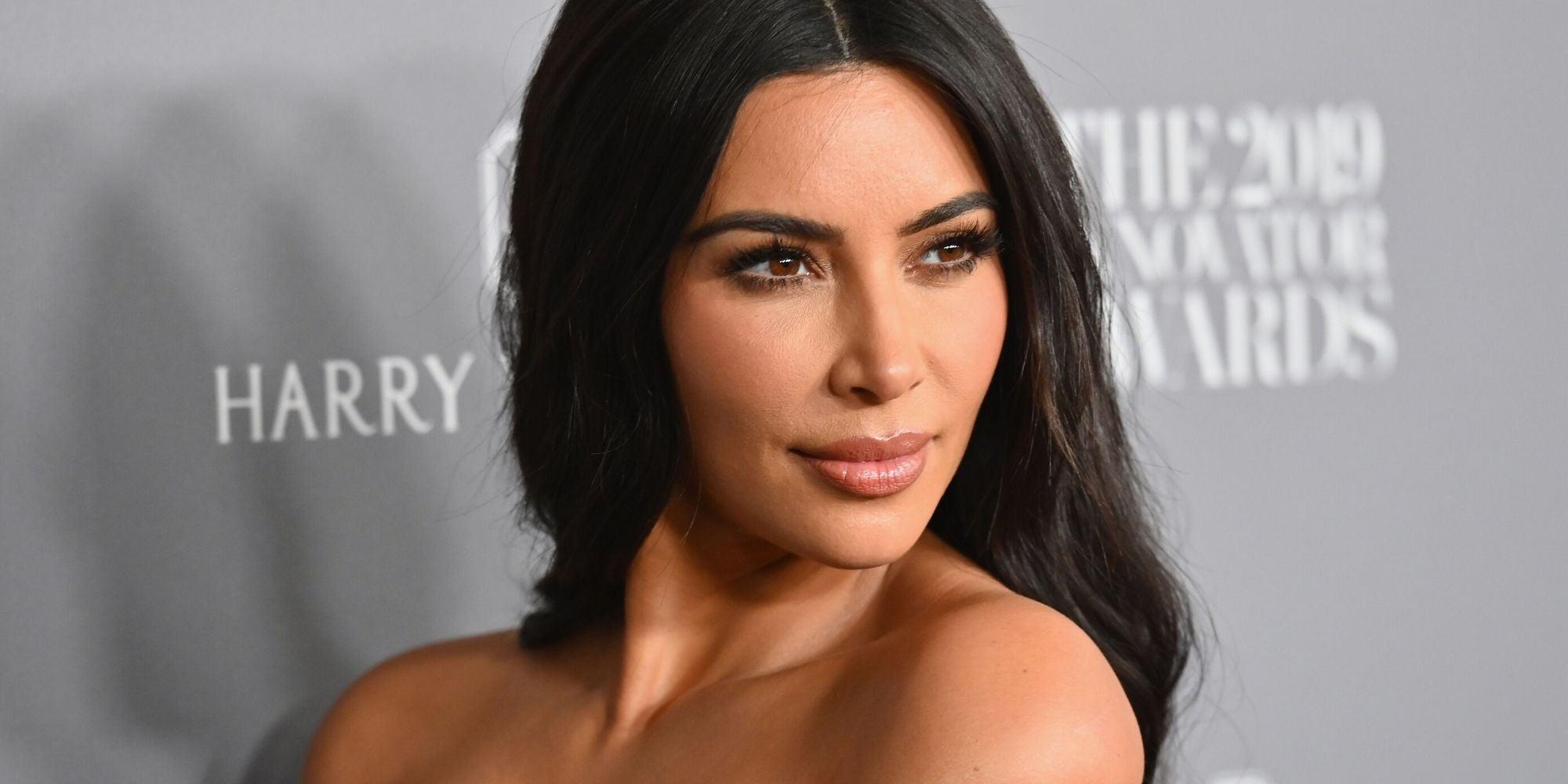 Kim Kardashian criticada por vender máscara facial 'nude' que não combina com a cor da pele da modelo preta