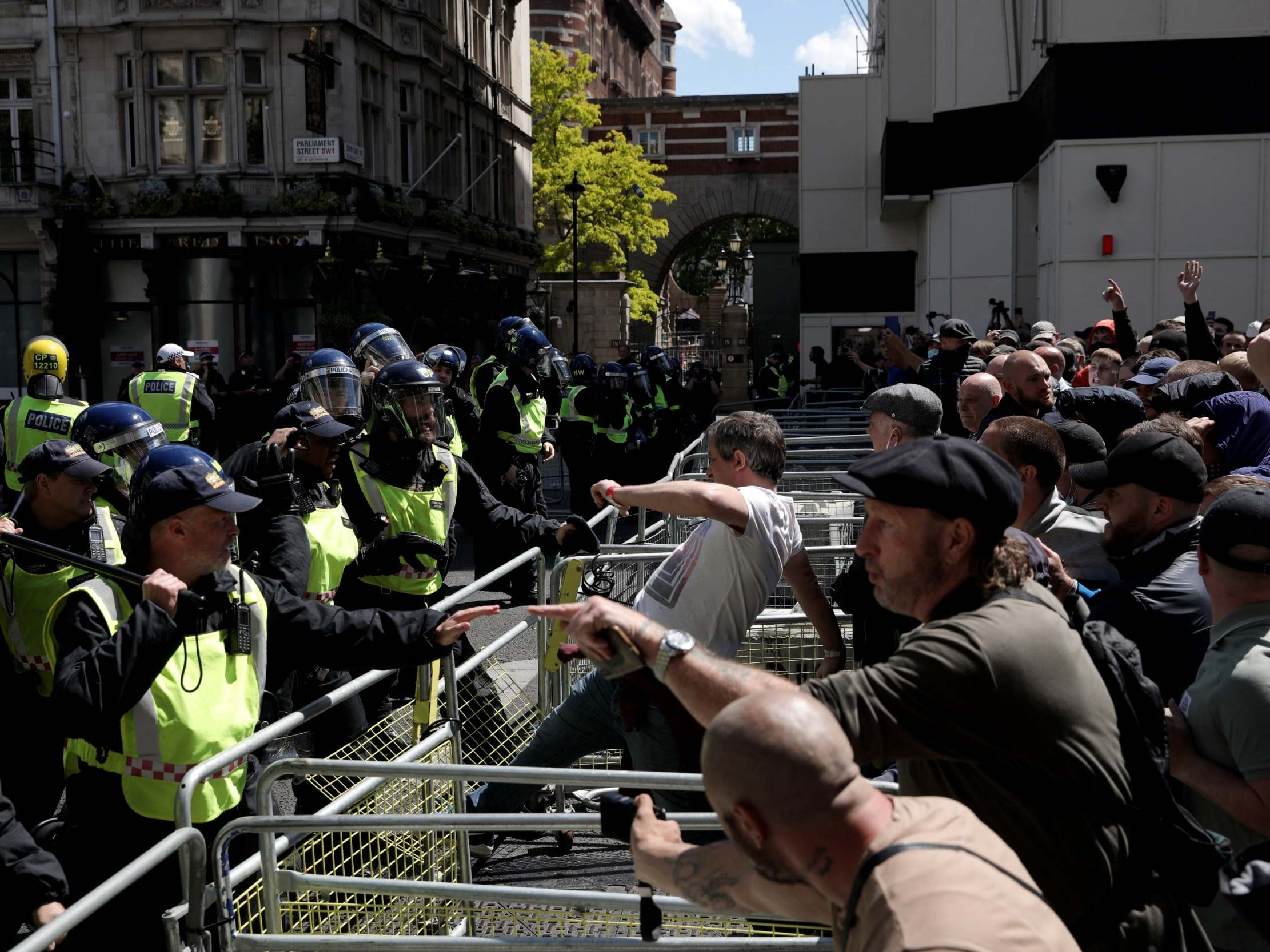 London protests live: Latest updates as Met warns some 'likely to be coming to capital with weapons' thumbnail