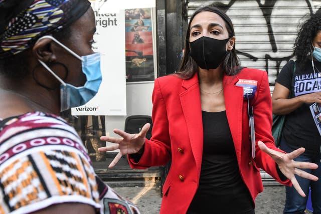 Alexandria Ocasio-Cortez, quien respalda a algunos de los recién llegados, hace campaña en el barrio del Bronx de la ciudad de Nueva York.