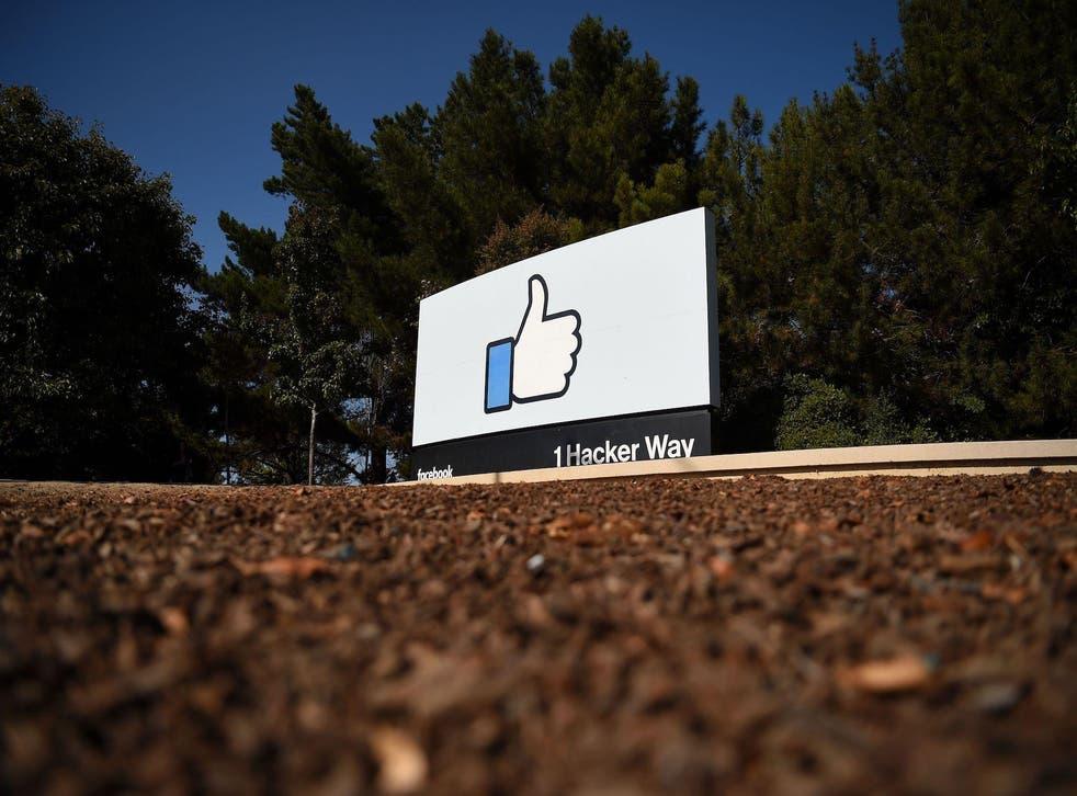 """El letrero """"Me gusta"""" de Facebook en el campus de la sede corporativa de Facebook en Menlo Park, California, el 23 de octubre de 2019."""
