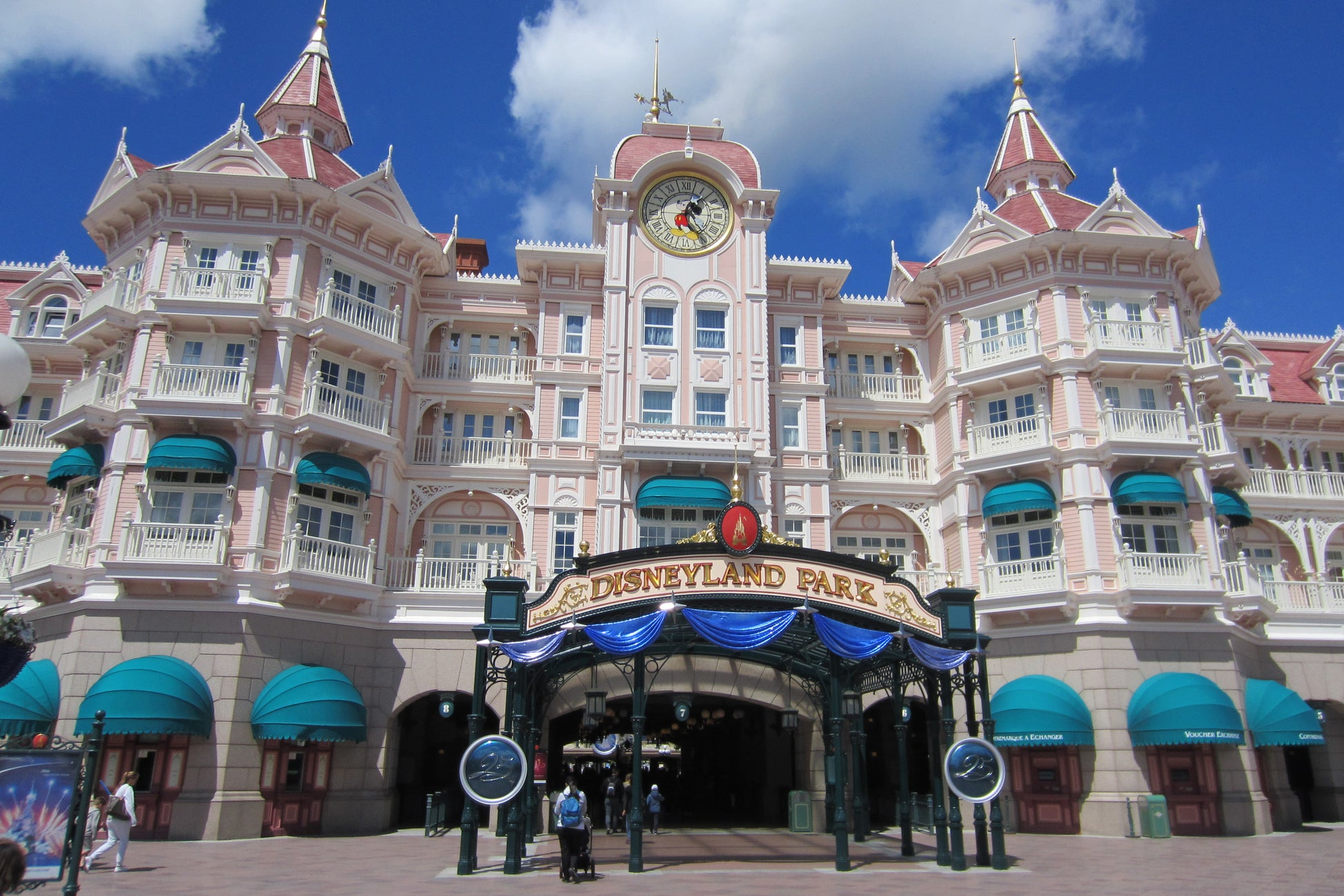 Disneyland Paris Reopens Its Gates After Four Month Closure The Independent Independent