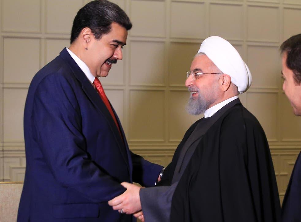 Nicolás Maduro saluda al presidente de Irán, Hassan Rouhani, antes de una reunión bilateral en Bakú en octubre de 2019