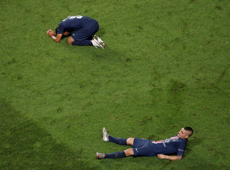 Marquinhos y Marco Verratti del PSG lamentan la derrota de su equipo en la final de la Champions League.