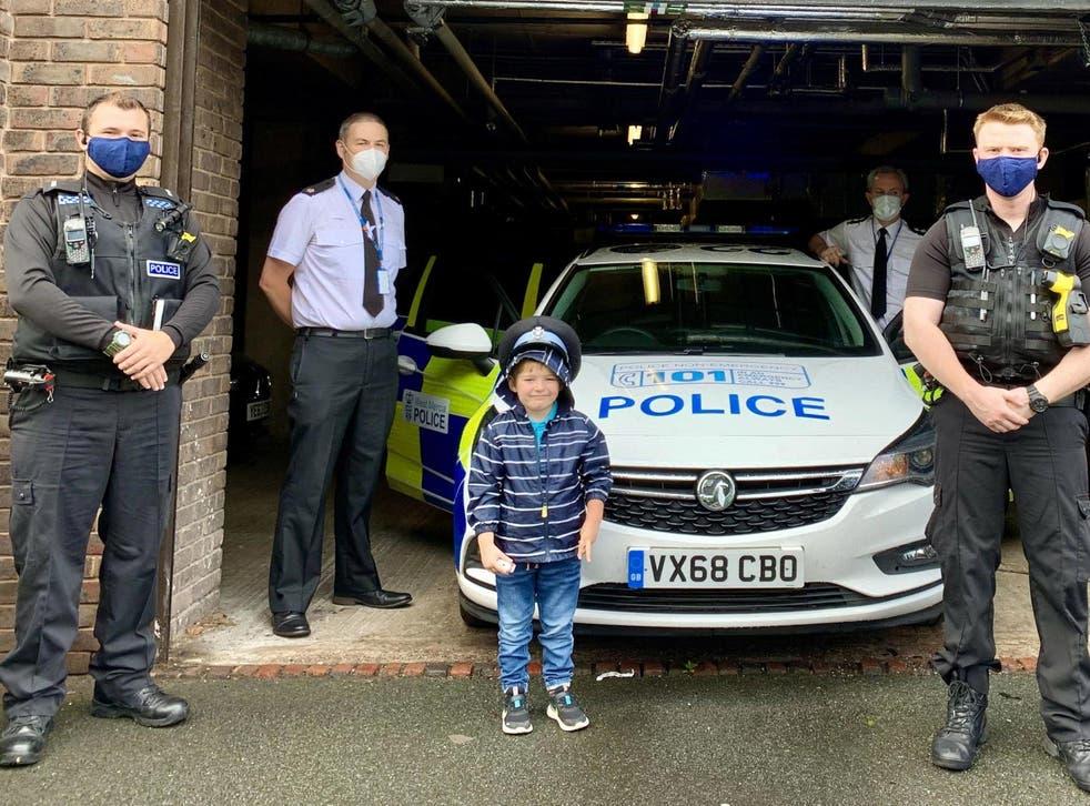 Josh recorrió la estación local con oficiales de policía de West Mercia, incluido el superintendente Jim Baker