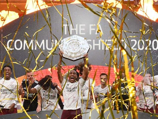 Pierre-Emerick Aubameyang levanta el Community Shield tras la victoria del Arsenal sobre el Liverpool