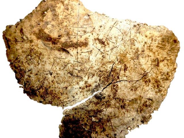 Uno de los 14 fragmentos de un cáliz del siglo V encontrado grabado con iconografía cristiana después de que fue desenterrado en el fuerte romano de Vindolanda cerca del Muro de Adriano en Northumberland.