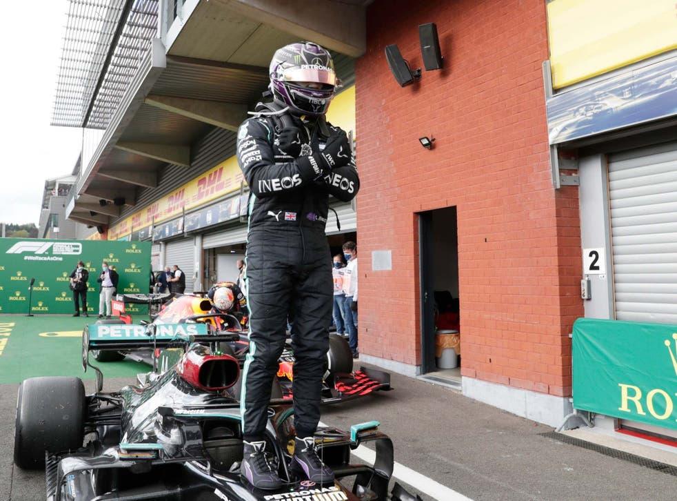 Lewis Hamilton celebra tras ganar el Gran Premio de Bélgica rindiendo homenaje a Chadwick Boseman