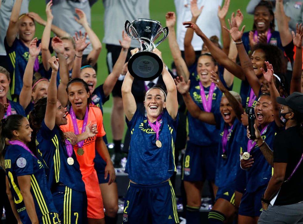 Lucy Bronze lifts the trophy