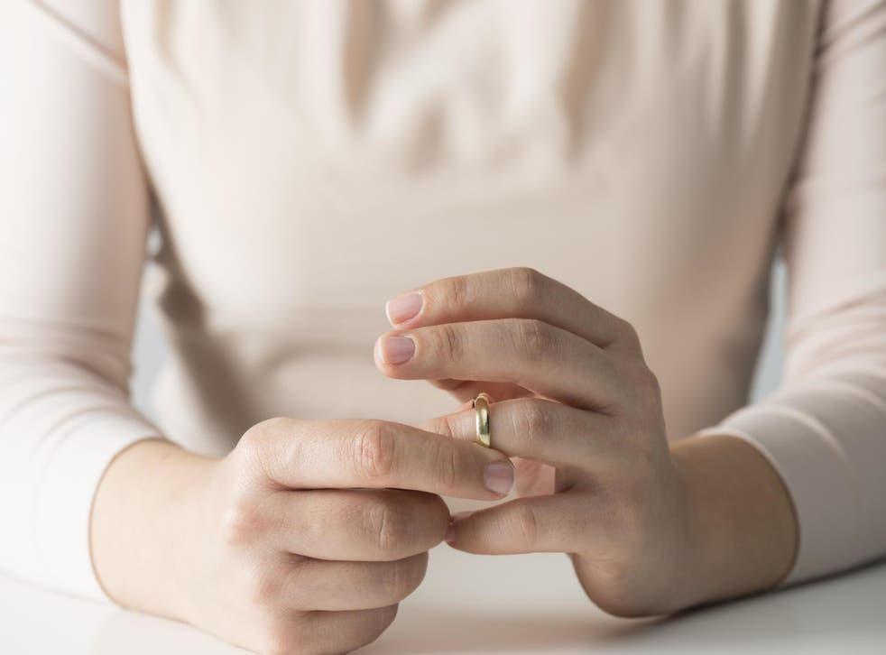 Mujer dice que se enteró de la infidelidad de su ex marido a través del anuncio de la boda