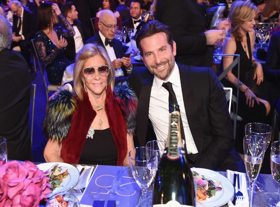 Bradley Cooper y su madre Gloria Campano en los Premios SAG el 27 de enero de 2019 en Los Ángeles, California.