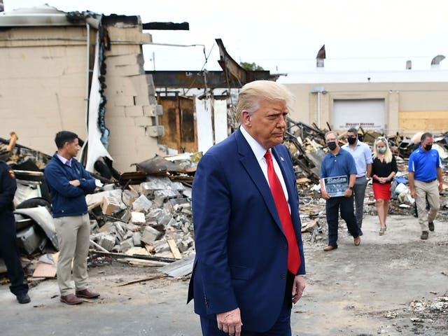 Donald Trump recorre un área afectada por disturbios civiles en Kenosha, Wisconsin, el 1 de septiembre de 2020