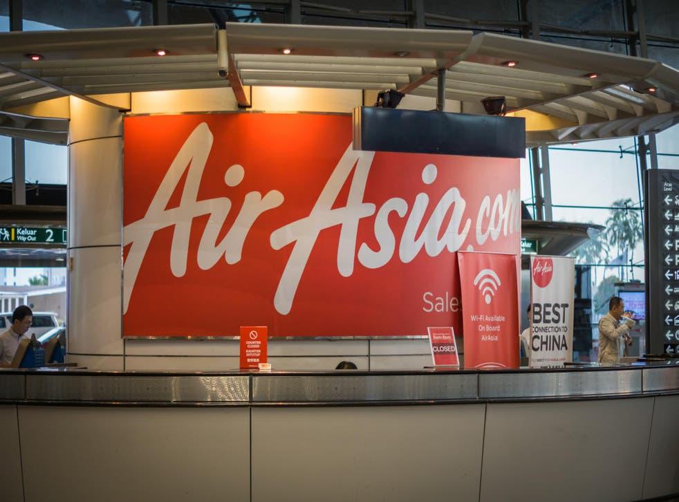 Un mostrador de servicio de AirAsia en el aeropuerto internacional de Kuala Lumpur