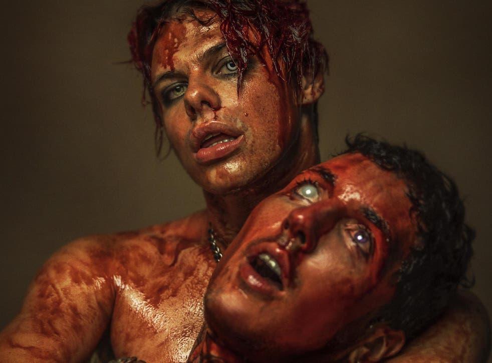 Yungblud y el líder de Bring Me the Horizon, Oli Sykes, en imágenes para 'Obey'