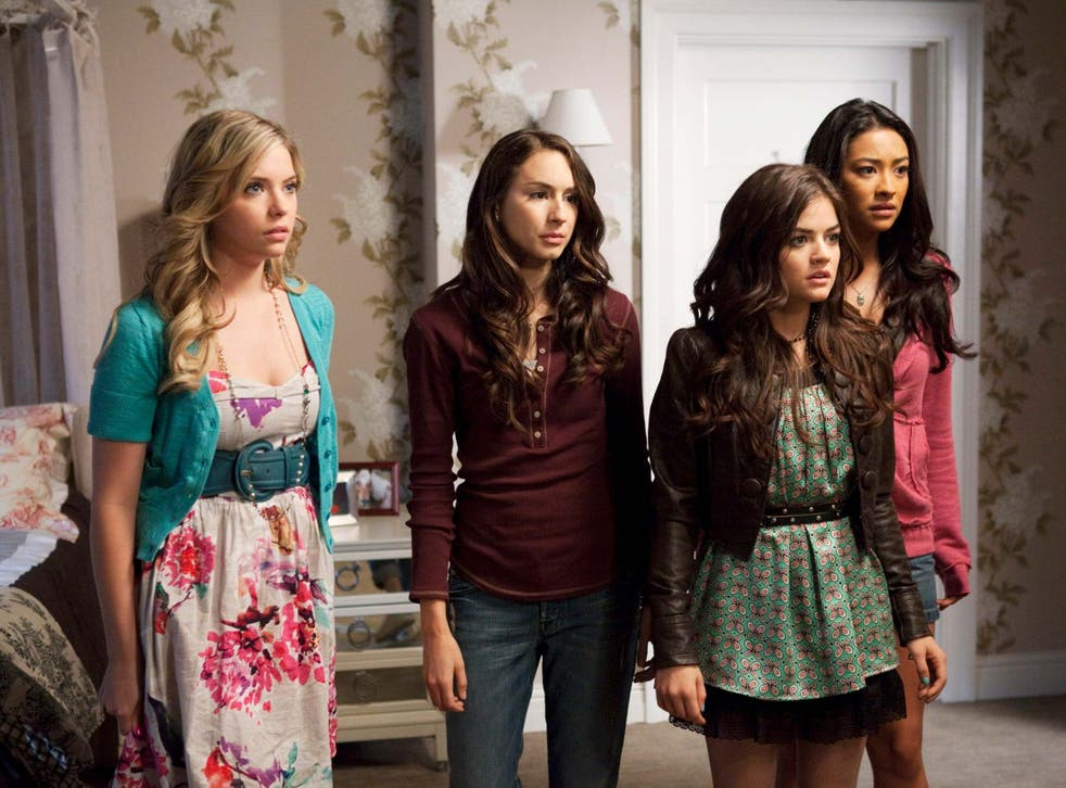 LR: Ashley Benson, Troian Bellisario, Lucy Hale y Shay Mitchell en 'Pretty Little Liars'