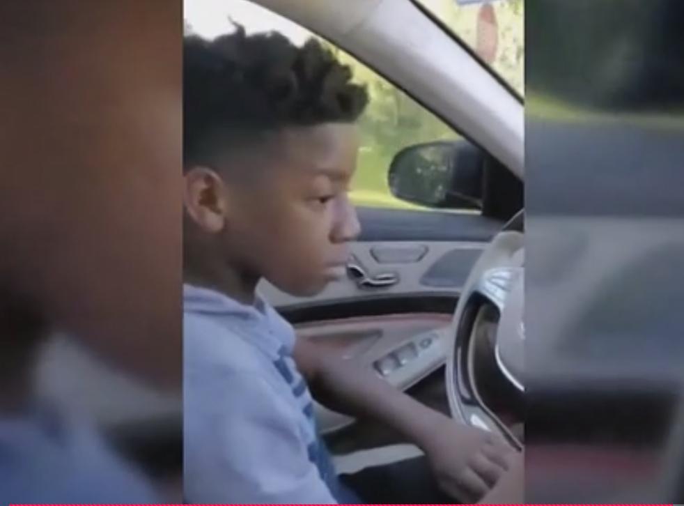 PJ Brewer-Laye conduciendo el Mercedes-Benz de su abuela