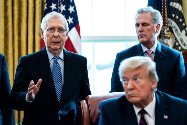<p>Mitch McConnell, a la izquierda, y Kevin McCarthy, atrás, habían apoyado previamente los desafíos electorales de Trump.</p>