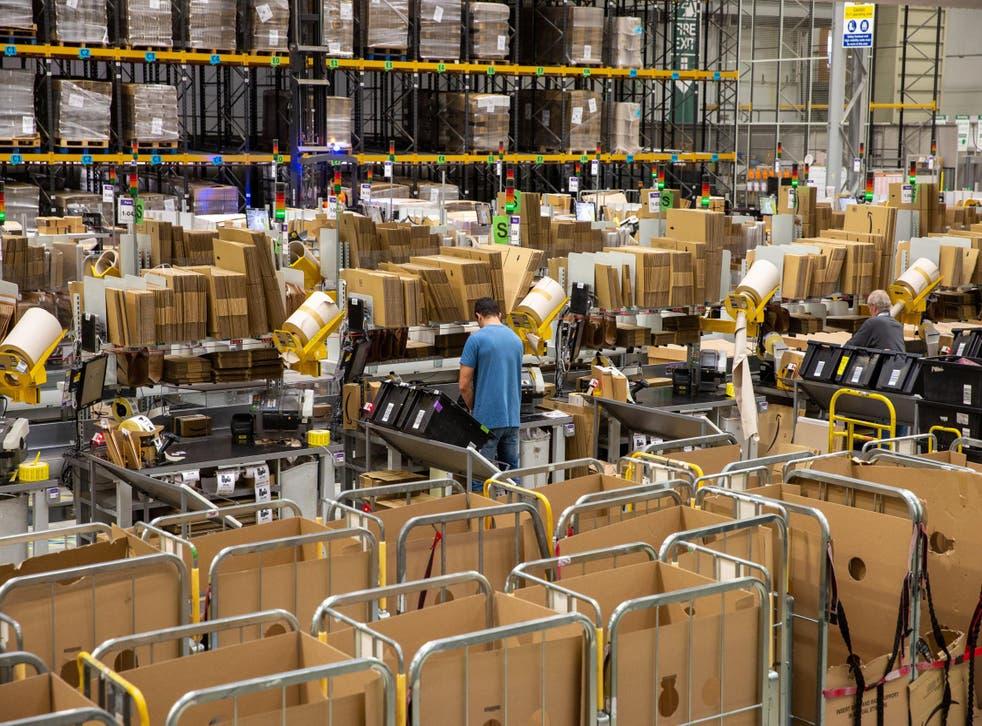 Trabajadores en el centro logístico de Amazon en Peterborough en 2019